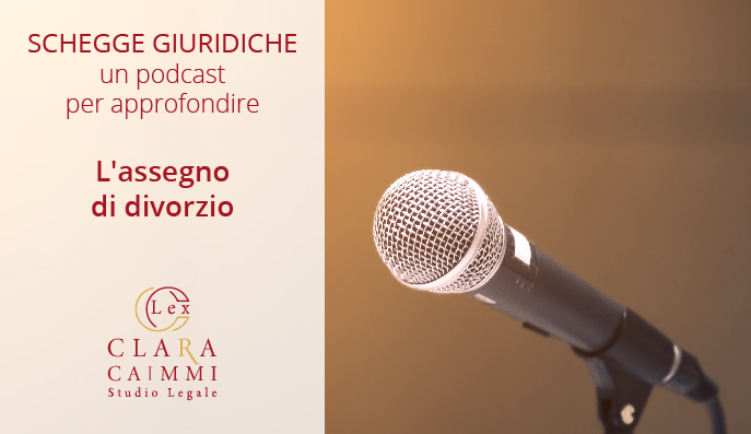 Un microfono punta verso il titolo del podcast: l'assegno di divorzio.