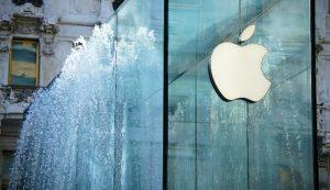 Zoom del logo Apple nell'innovativa nuova sede di Milano.